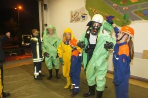 Jugendliche und Mitglieder der Einsatzabteilung bei der Chemieschutz-Ausbildung
