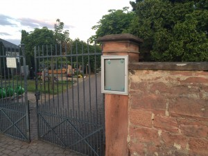 Der neue Schaukasten am Friedhof