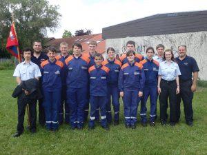 Die erfolgreiche Mannschaft der Jugendfeuerwehr freut sich gemeinsam mit ihren Ausbildern