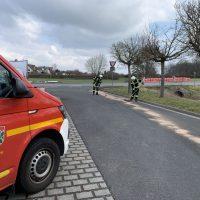 Feuerwehr streut Betriebsmittel ab